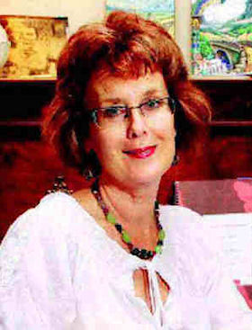 photo of illustrator and calligrapher - Lynne Muir